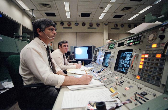 В центре управления полетами через несколько минут после объявления о ЧП с шаттлом