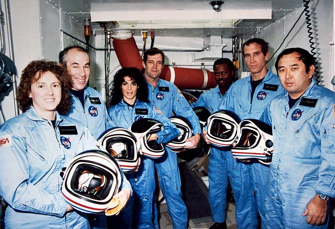 Экипаж корабля: Криста Маколифф, Грегори Джарвис, Джудит Резник, Фрэнсис Скоби, Рональд Макнейр, Майкл Смит, Эллисон Онизука. Ноябрь 1985 года