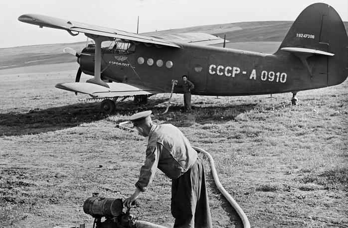 Сельскохозяйственный самолет Ан-2 во время заправки горючим топливом, 1958 год