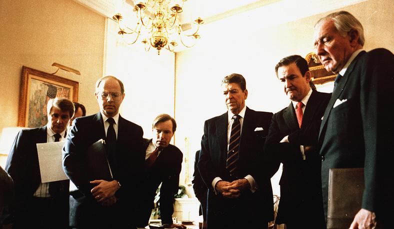 Президент США Рональд Рейган в Белом доме смотрит ТВ-повтор взрыва Challenger, 3 февраля 1986 года. На фото: пресс-секретарь Ларри Спикс, помощник Денис Томас, специальный помощник Джим Кун, Рональд Рейган, директор по коммуникациям Патрик Бьюкенен и начальник штаба Дональд Риган