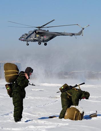 Военнослужащие 83-й отдельной десантно-штурмовой бригады после десантирования из Ми-8АМТШ. Уссурийск, 2016 год
