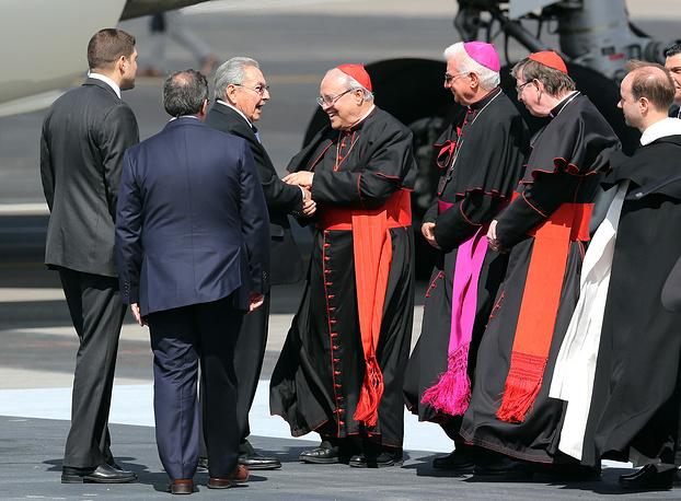 Председатель Совета министров Кубы Рауль Кастро приветствует кардиналов, сопровождающих папу римского Франциска