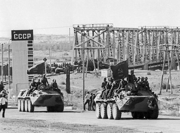 Вывод советских войск из Афганистана по мосту Дружбы через реку Амударью. Афганистан, 1988 год
