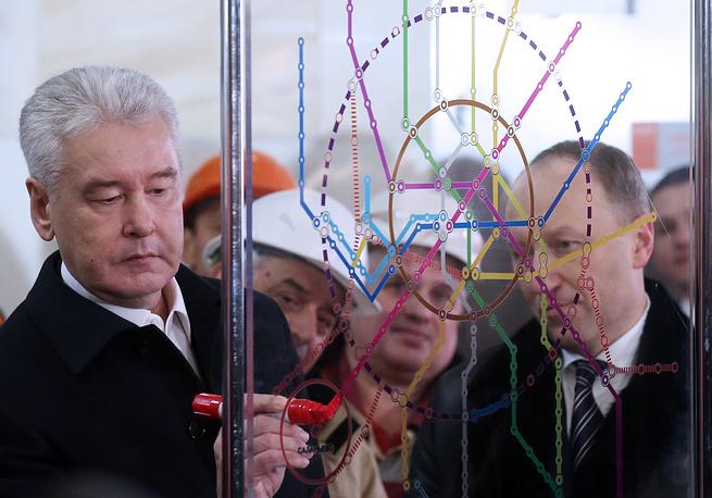 По традиции столичный градоначальник отметил новую станцию на схеме линий Московского метрополитена