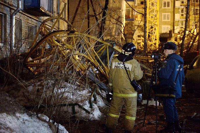 Следственно-оперативная группа на месте падения башенного крана у строящегося дома во дворе дома на улице Куйбышева