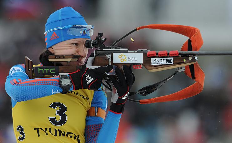 Российская спортсменка Анастасия Загоруйко на огневом рубеже дистанции масс-старта на 12,5 км среди женщин на открытом чемпионате Европы по биатлону