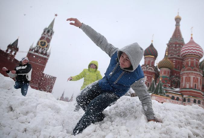 Москвичи играют в снежки на Васильевском спуске, Москва, 2 марта
