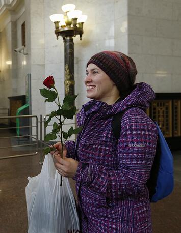 Во время поздравления девушки с Международным женским днем в столичном метрополитене