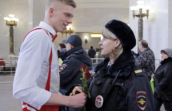 Поздравления женщин с 8 Марта в метрополитене, Москва
