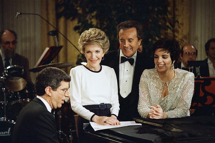 Первая леди США Нэнси Рейган, композитор Марвин Хэмлиш (слева), актер Вик Дамон (в центре) и Лайза Миннелли в Белом доме, Вашингтон, март 1987 года