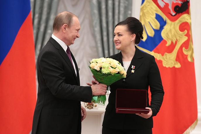 Президент России Владимир Путин и космонавт-испытатель Елена Серова, 10 марта