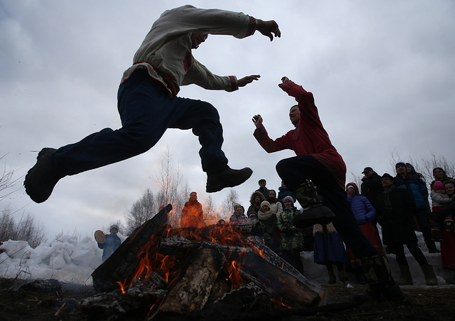 Марий Эл. Прыжки через костер во время празднования Масленицы в экопоселении Лесная Поляна