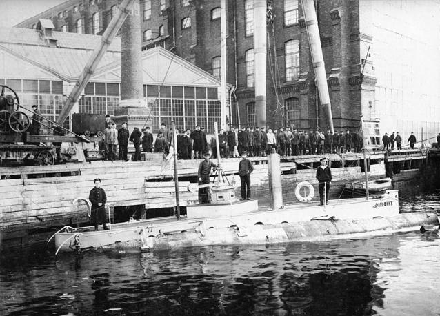 """Подводная лодка """"Дельфин"""" в акватории Балтийского завода"""