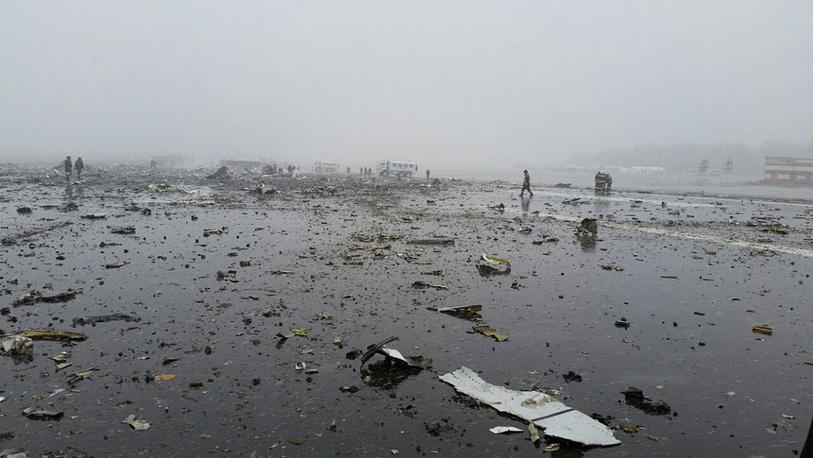На месте крушения Boeing 737-800 авиакомпании Flydubai в аэропорту Ростова-на-Дону. В результате катастрофы погибли 62 человека