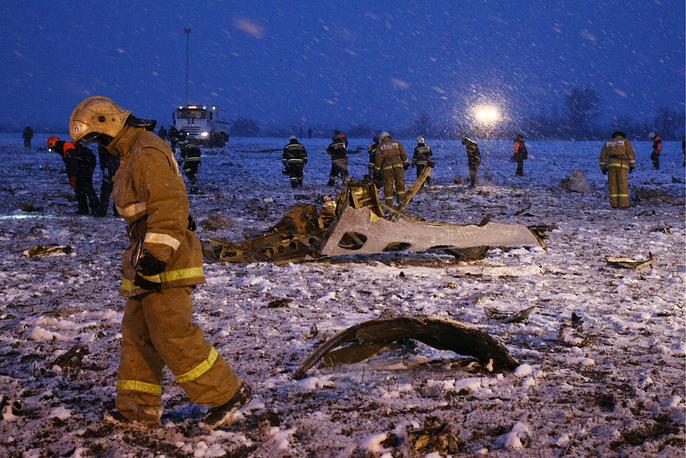 На месте крушения пассажирского самолета Boeing 737-800 авиакомпании FlyDubai, следовавшего по маршруту Дубай - Ростов-на-Дону. Пассажирский самолет разбился при посадке в аэропорту. В результате крушения погибли 62 человека, 19 марта