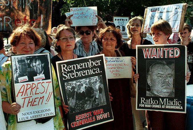 Выжившие после резни в Сребренице во время памятной акции на улицах Сараева, Босния, 11 июля 1999 года