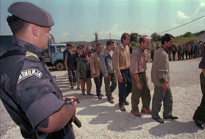 Караджич признан виновным в убийстве 8 тыс. мусульман в Сребренице в июле 1995 года. На фото: боснийские мужчины-мусульмане из Сребреницы, бежавшие в Сербию через реку Дрина