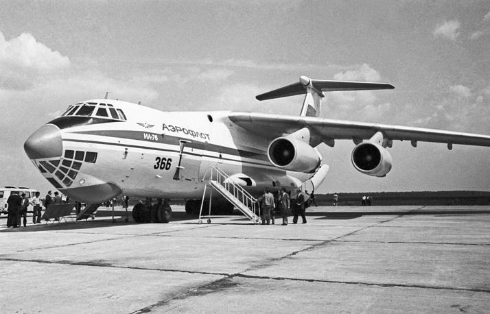 Транспортный самолет Ил-76 в столичном аэропорту Домодедово. 1976 год
