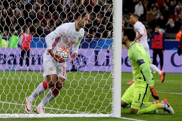 Капитан сборной России Роман Широков вытаскивает мяч из ворот сборной Франции после гола Юрия Жиркова