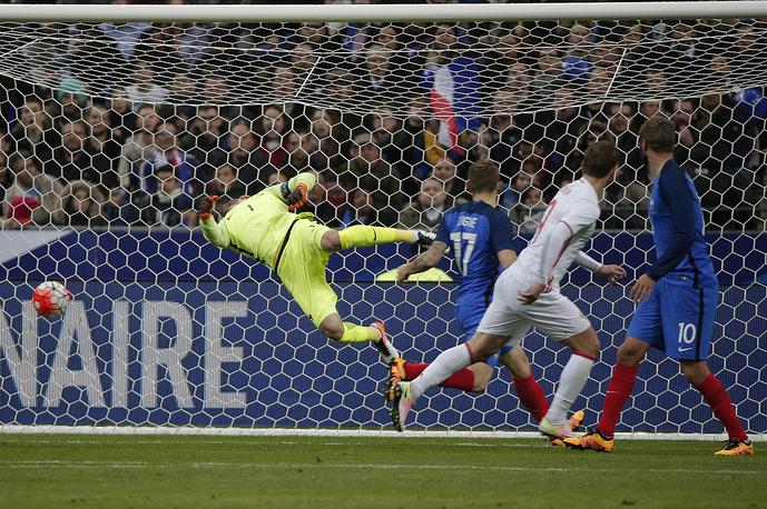После перерыва Александр Кокорин сократил отставание сборной России, отправив мяч в ворота Уго Льориса после подачи со штрафного