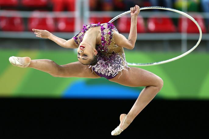 Маргарита Мамун во время упражнения с обручем на финальных соревнованиях по художественной гимнастике в индивидуальном многоборье