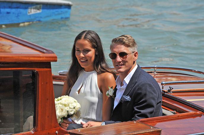 Футболист сборной Германии Бастиан Швайнштайгер и бывшая первая ракетка мира сербка Ана Иванович встречаются более года. 12 июля 2016 они поженились