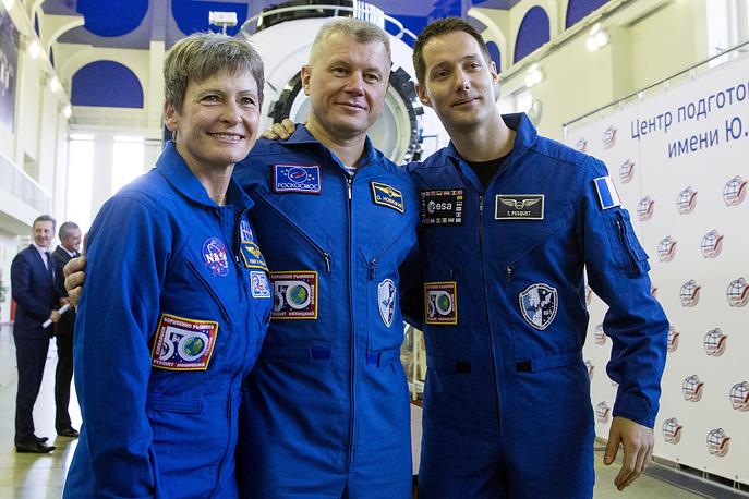 Члены основного экипажа: астонавт НАСА Пегги Уитсон, космонавт Роскосмоса Олег Новицкий и астронавт Европейского космического агентства (ЕКА) Тома Песке