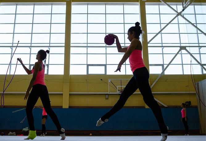 Тренировка по художественной гимнастике в училище олимпийского резерва №1
