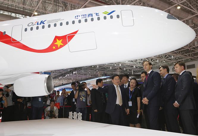 Председатель совета директоров китайской корпорации Comac Цзинь Цзанлун и министр промышленности и торговли РФ Денис Мантуров (слева направо) у макета нового российско-китайского широкофюзеляжного дальнемагистрального самолета