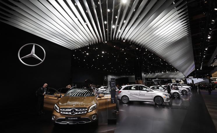 Mercedes-Benz GLA 250 4Matic (слева)