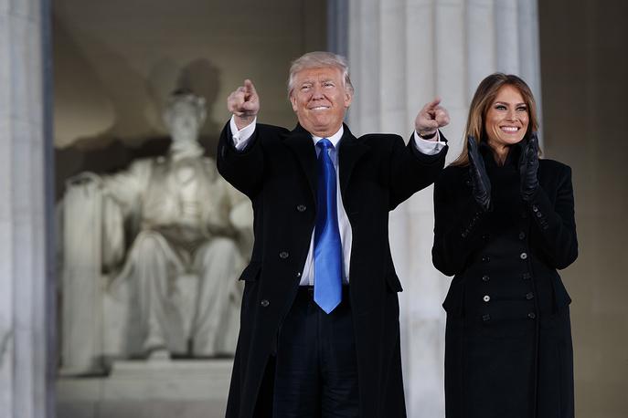 """Накануне церемонии инаугурации в мемориале Линкольна в Вашингтоне прошел концерт """"Сделаем Америку снова великой"""", который посетили и сам избранный президент с супругой"""