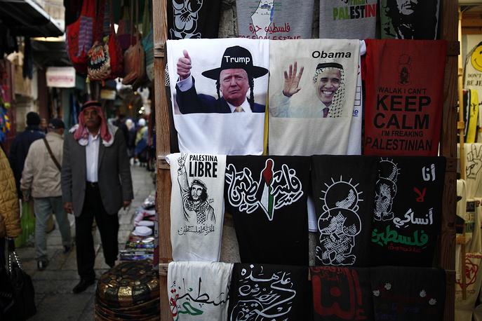 В иерусалимском Старом городе появились в продаже футболки с изображением Дональда Трампа в шляпе ортодоксального еврея и Барака Обамы в традиционной арабской куфии