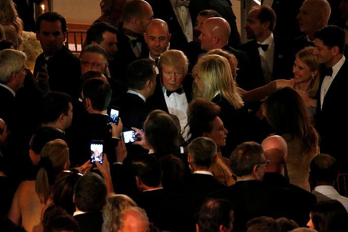 Трамп общается со своими сторонниками во время торжественного ужина за день до инаугурации