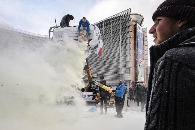 Фермеры вБрюсселе распылили тонну сухого молока на строение СоветаЕС