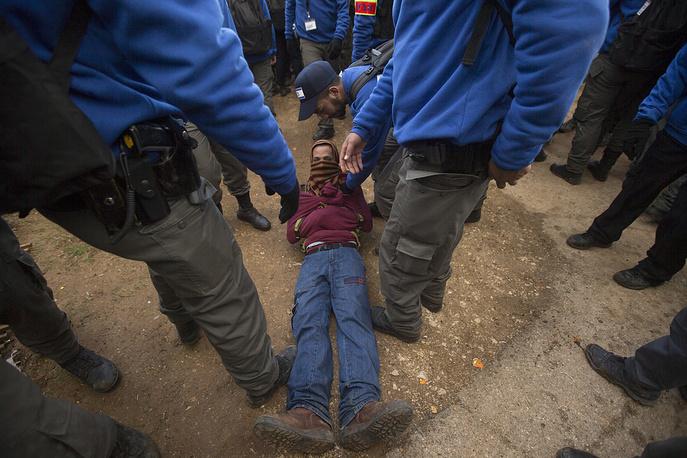 Правоохранители оказывают помощь пострадавшему активисту