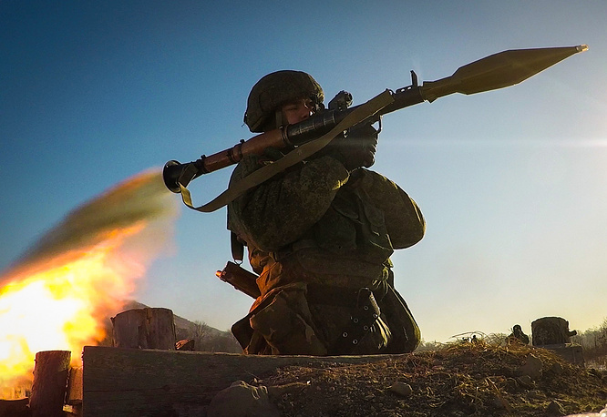 Военнослужащий во время стрельбы из ручного противотанкового гранатомета РПГ-7 на полигоне Бамбурово