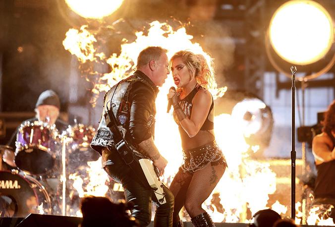 Леди Гага и Metallica исполнили песню Moth Into Flame с последнего альбома рокеров