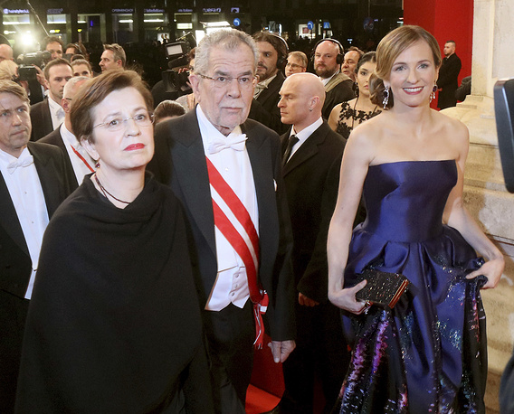 Президент Австрии Александр Ван дер Бееллен (в центре), его жена Дорис Шмидауэр (слева) и организатор Венского бала Мария Гросбауэр