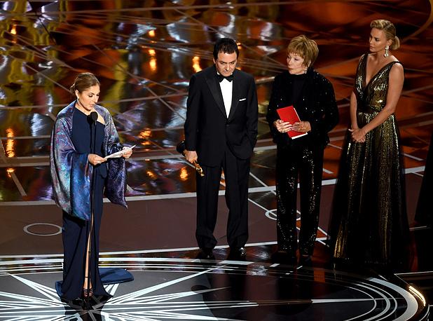 """Актрисы Ширли Маклейн и Шарлиз Терон (крайние справа) вручают """"Оскар"""" за фильм """"Коммивояжер"""". Вместо режиссера картины Асгара Фархади награду принимает первая мусульманка в космосе Ануше Ансари и бывший научный сотрудник НАСА Фируз Надери"""