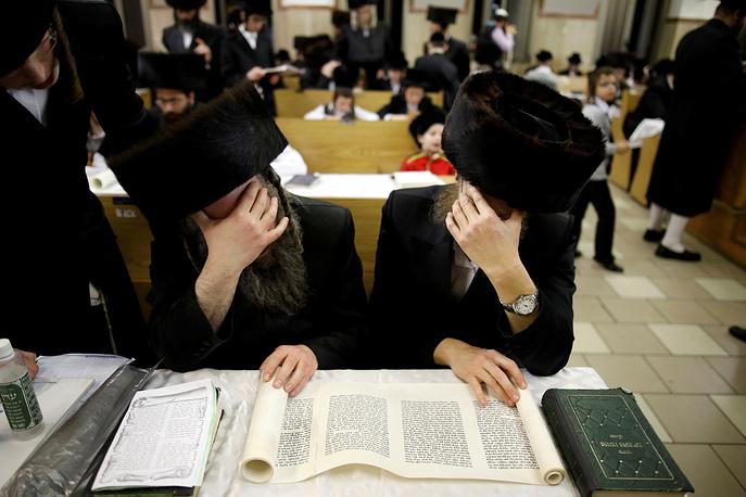 Чтение Свитка Эстер в синагоге в Ашдоде, Израиль