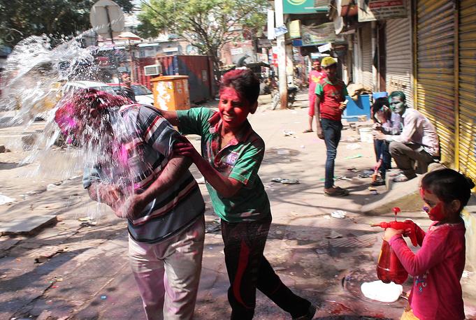 Улица Чандни Чоук, центр старого города, в Средние века считалась одной из красивейших во всей Индии — сегодня это довольно грязный, весьма обшарпанный и явно нуждающийся в капремонте квартал, который любят посещать туристы — в погоне за экзотикой. Однако в дни Холи он преображается — весь район заполняют разноцветные толпы
