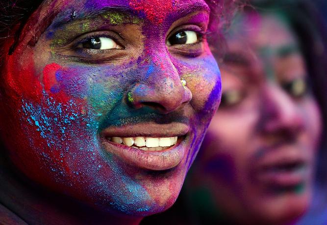 Участники фестиваля Холи в Бангалоре