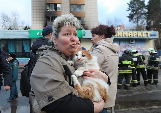 Жительница дома на улице Изумрудной Ирина Саттарова и ее кот Кузя, который был спасен сотрудниками МЧС из квартиры, пострадавшей при взрыве бытового газа