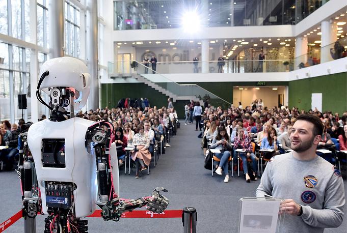 """Робот Теспиан во время ежегодной образовательной акции """"Тотальный диктант"""" в офисе компании Mail.ru Group, Москва"""
