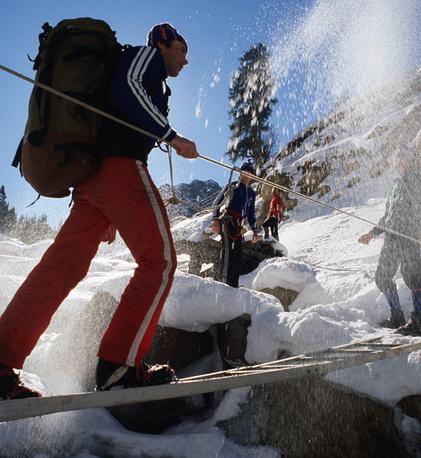 Задачу альпинистам усложняют огромные рюкзаки. Если нужно брать с собой кислородные баллоны, они будут весить около 20 кг. На фото — тренировка в горах Заилийского Алатау