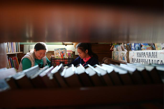 Девочки в библиотеке