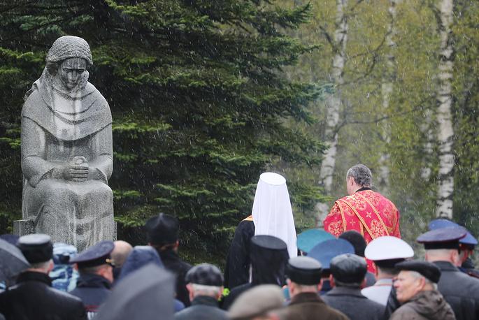 Торжественное возложение цветов и молебен на Балинском кладбище