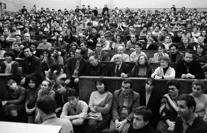 Студенты и преподаватели слушают Булата Окуджаву, 1988 год