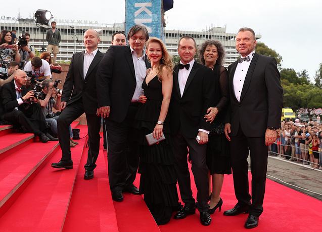 Режиссер Александр Велединский (слева на первом плане), актриса Юлия Пересильд (слева) и актер Евгений Миронов (третий справа)