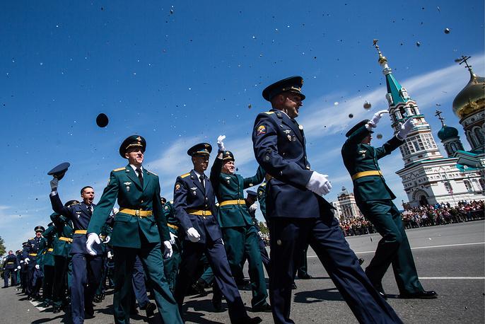 Выпуск лейтенантов Танкового института в рамках празднования Дня России в Омске